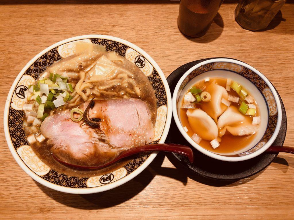 ラーメン凪の「すごい煮干ラーメン」と「だし餃子」