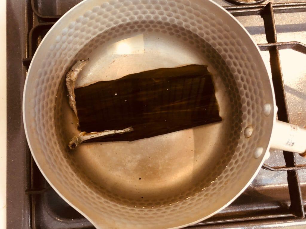 昆布と炒り子で出汁を取る