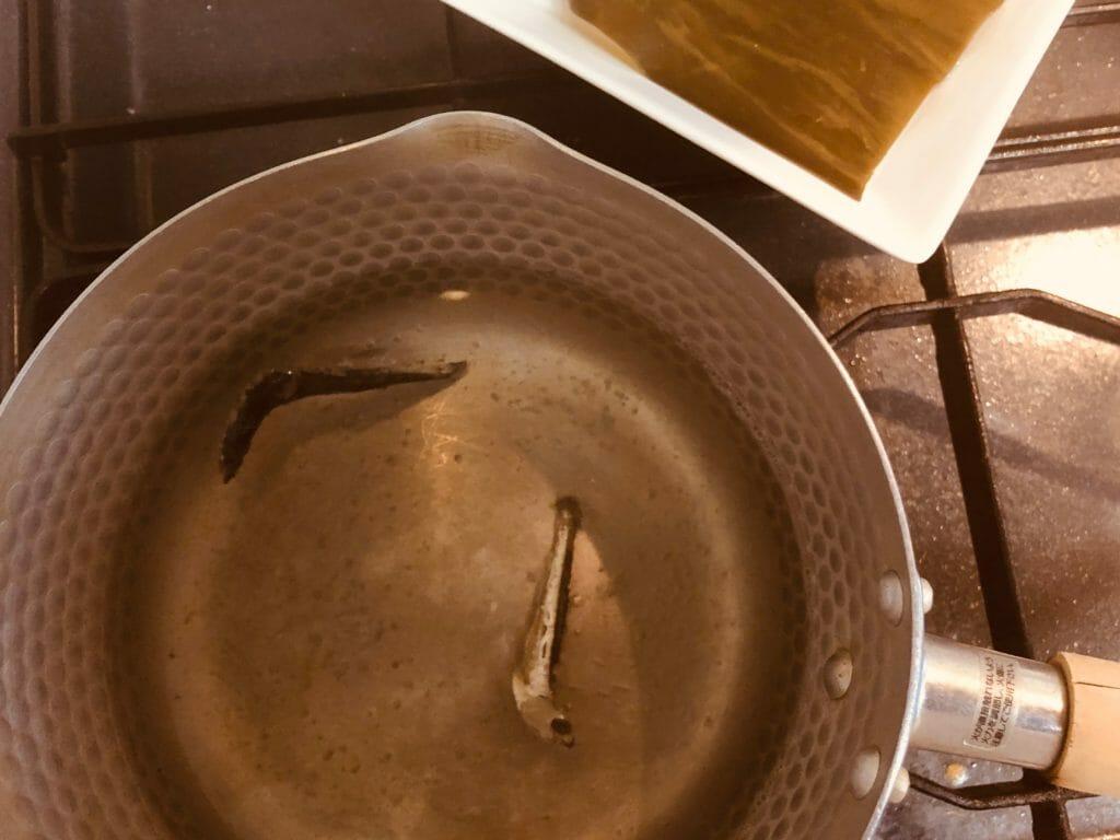 炒り子で出汁を取る