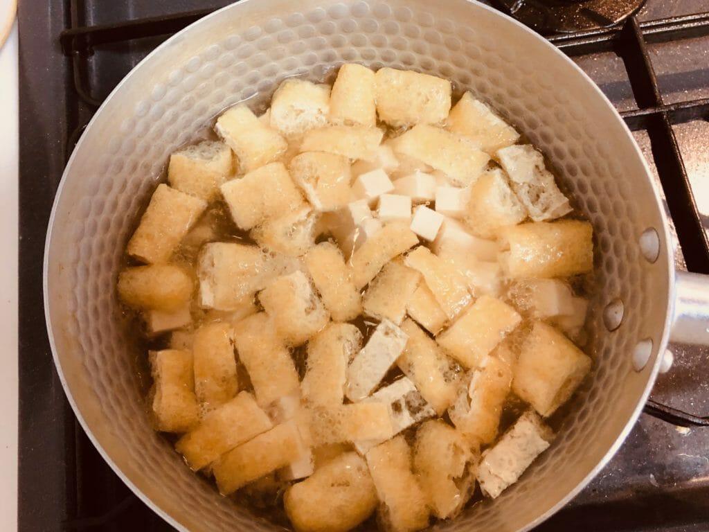 油揚げと豆腐を出汁に投入