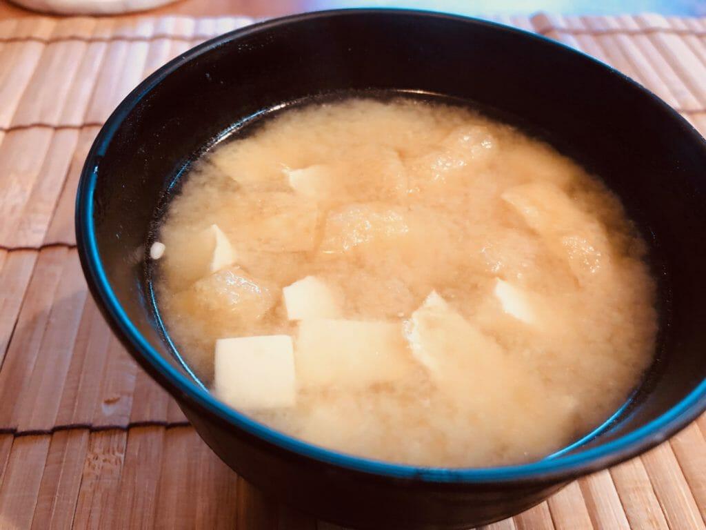 炒り子出汁から作る油揚げと豆腐の味噌汁