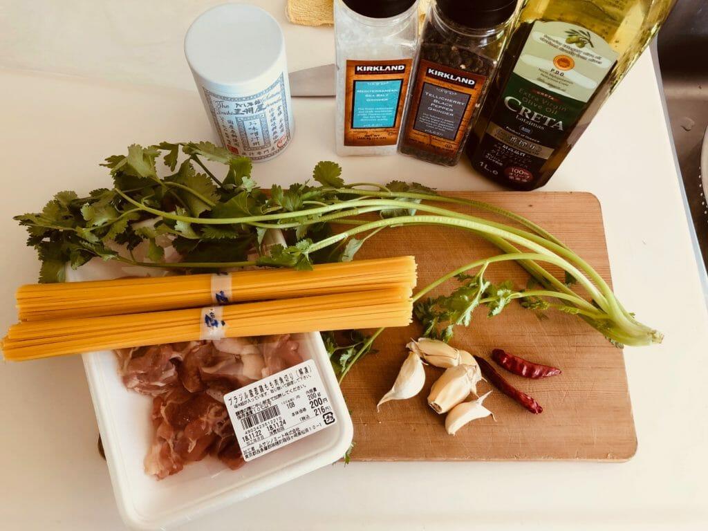 鶏肉とパクチーの出汁風味パスタの具材