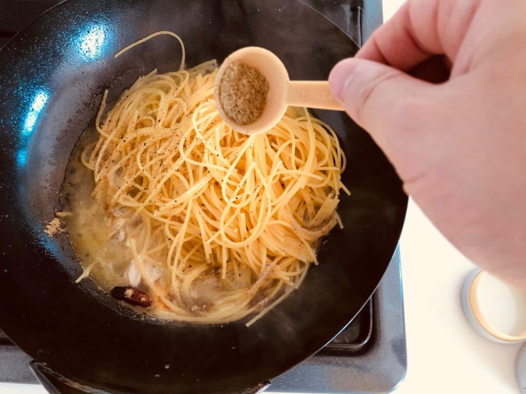 鶏肉とパクチーの出汁風味パスタの調理