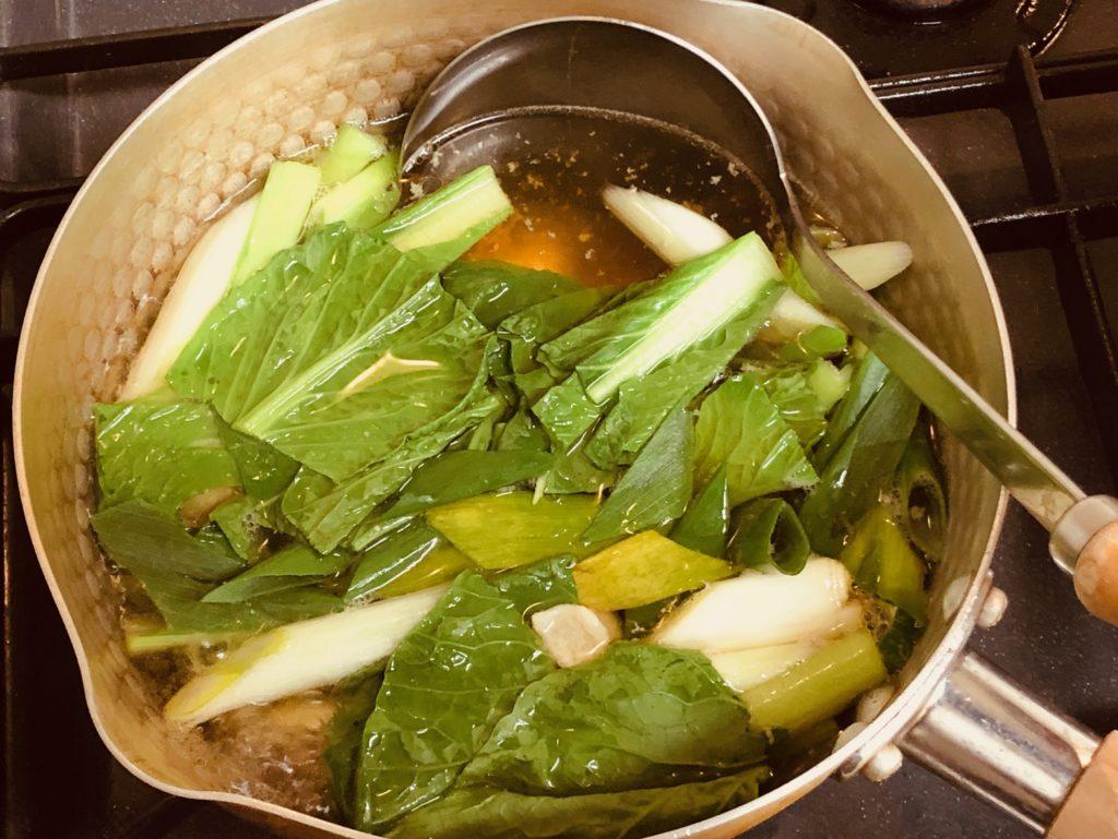 ねぎと小松菜に火を通す