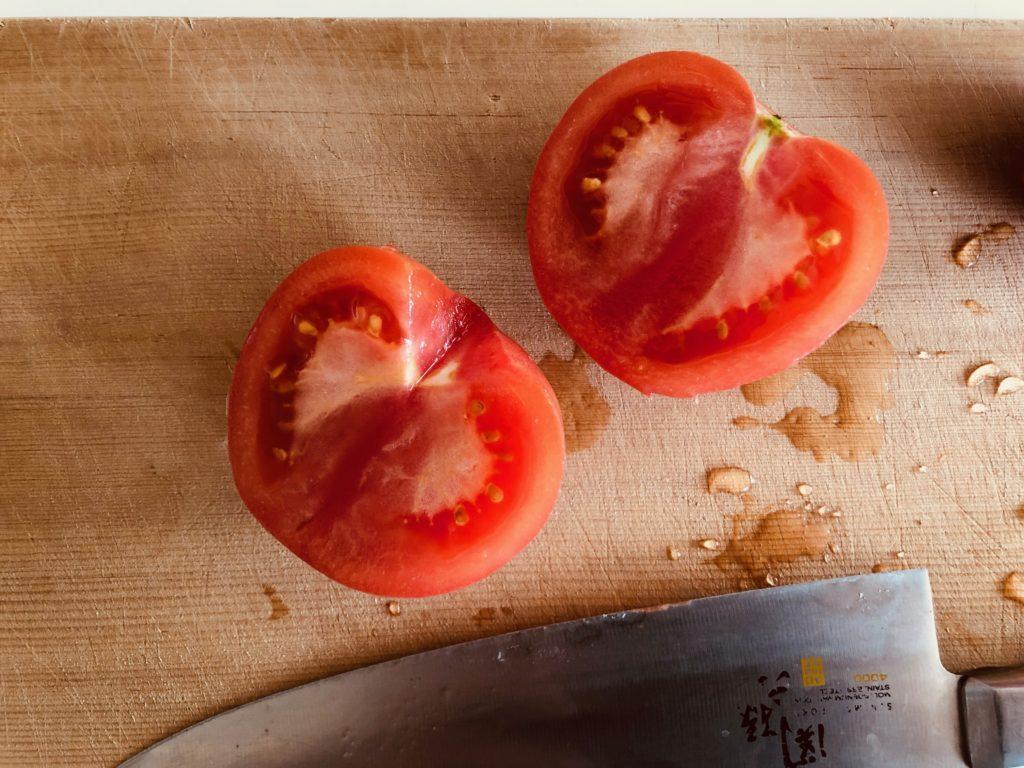 トマトのヘタの部分を切る