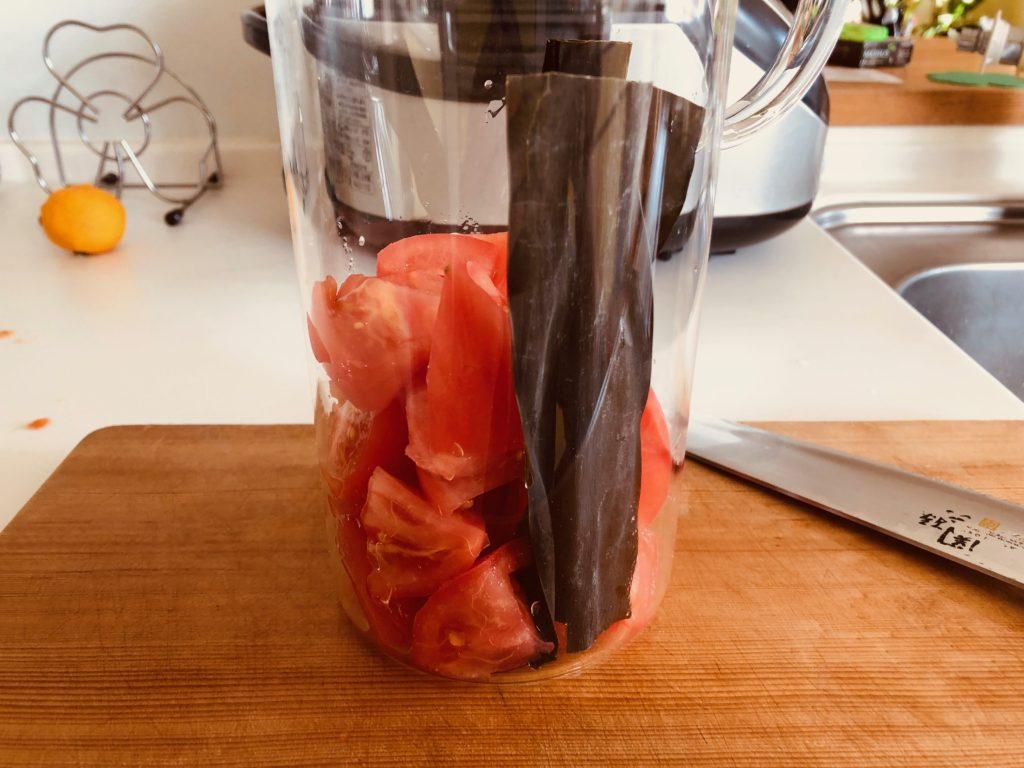 昆布とトマトを容器に入れる