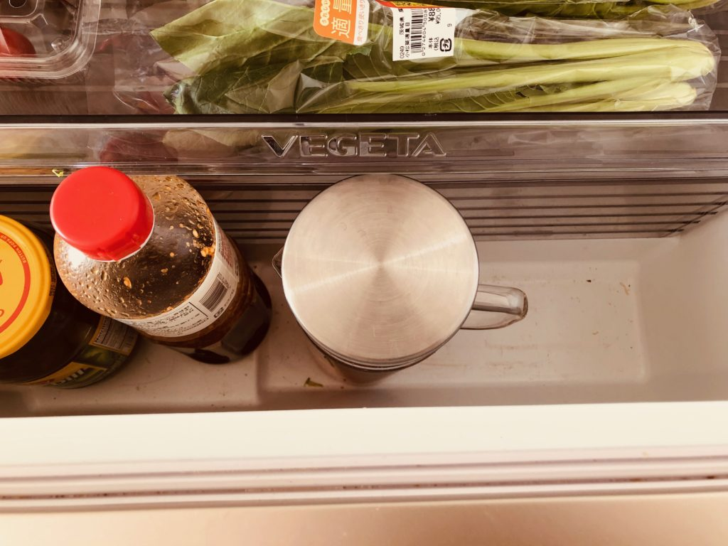昆布とトマトの水出汁を冷蔵庫に保存する
