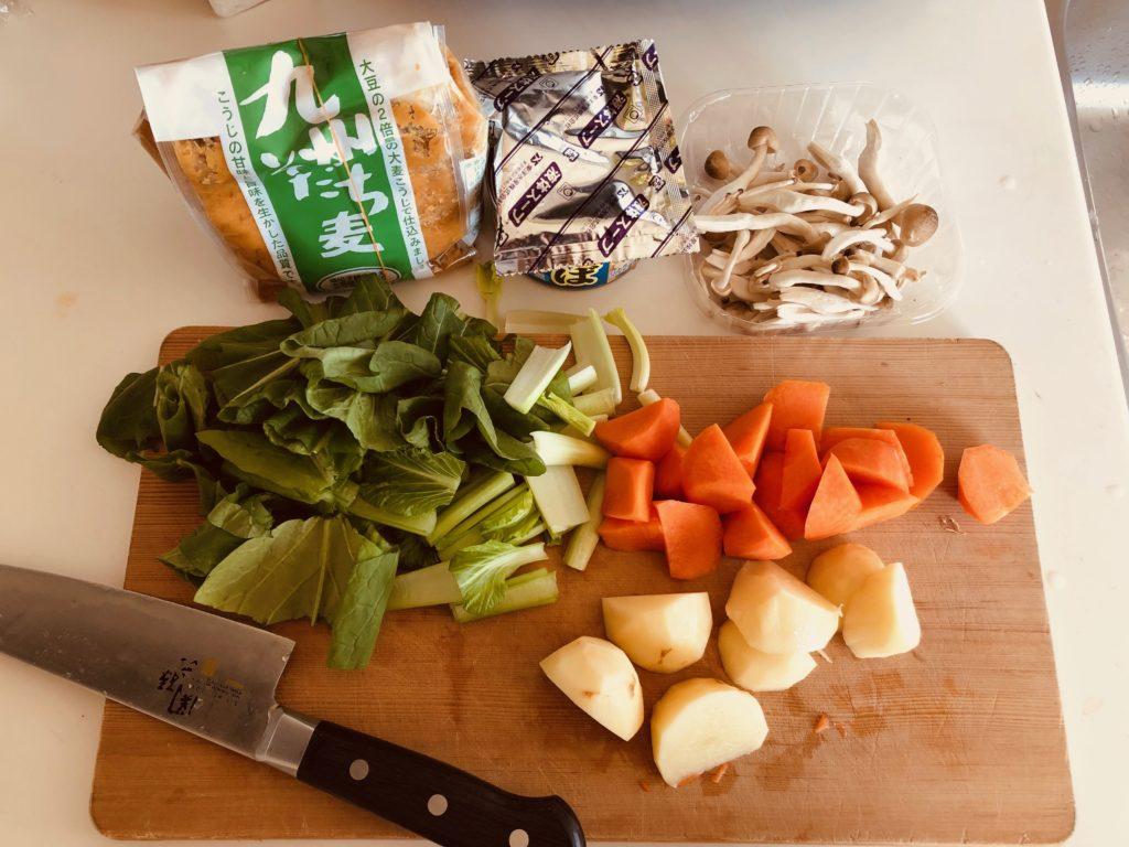サバ缶のアラ汁風味噌汁 vol.2の具材を切る