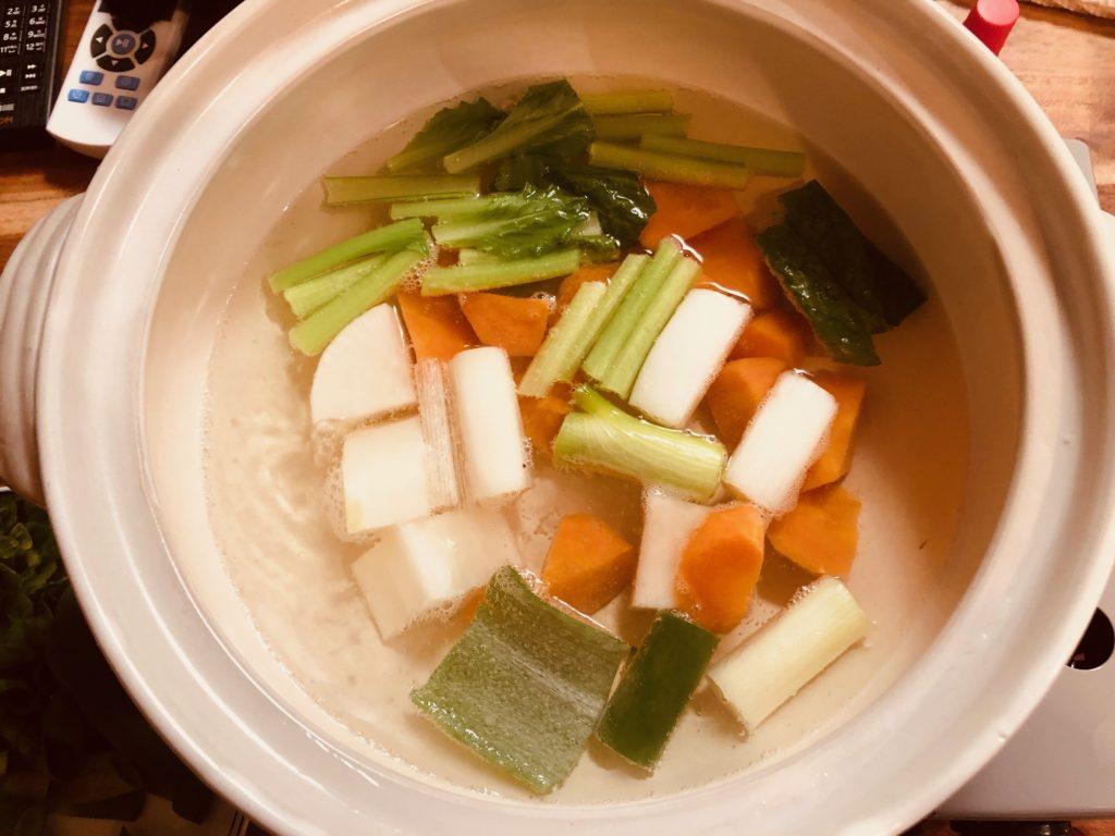 硬い野菜から煮ていきます。