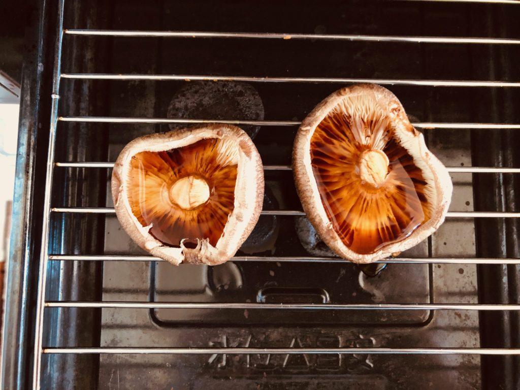 椎茸の傘の中に白だしを昆布醤油を入れて焼く